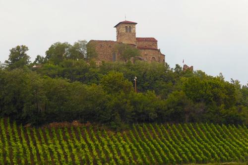 Le prieuré de Saint-Romain-le-Puy domine le Forez