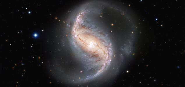 Une galaxie dorée, au Fourneau