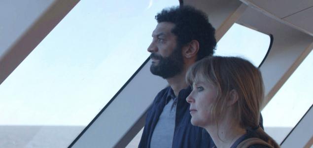 Critique du film Une vie ailleurs de Olivier Peyon avec Isabelle Carré, Ramzy Bédia, Maria Duplaa… Une vie ailleurs CINEMA