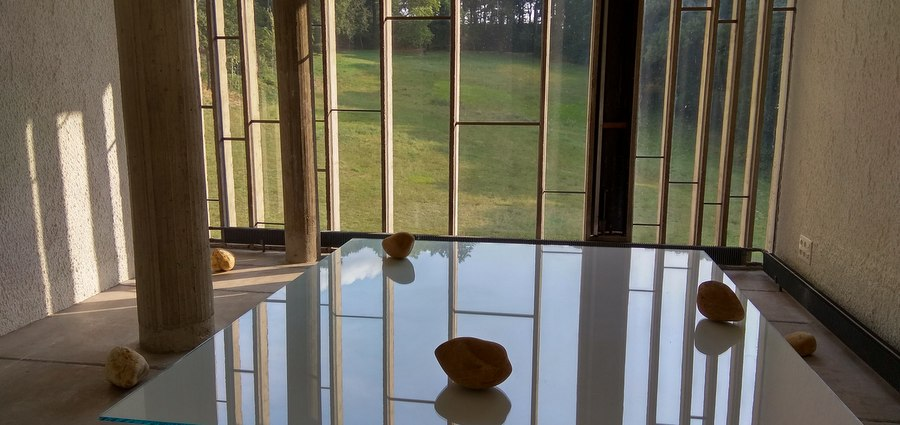 Lee Ufan x Le Corbusier = pierre papier ciseaux