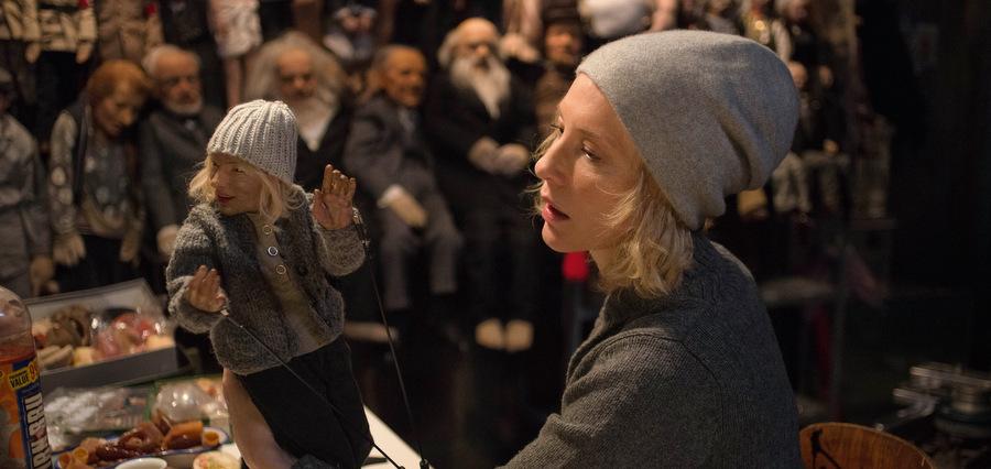 Sous les cheveux de Cate Blanchett :