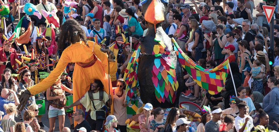 La Fête des Tuiles : la parade des gens heureux