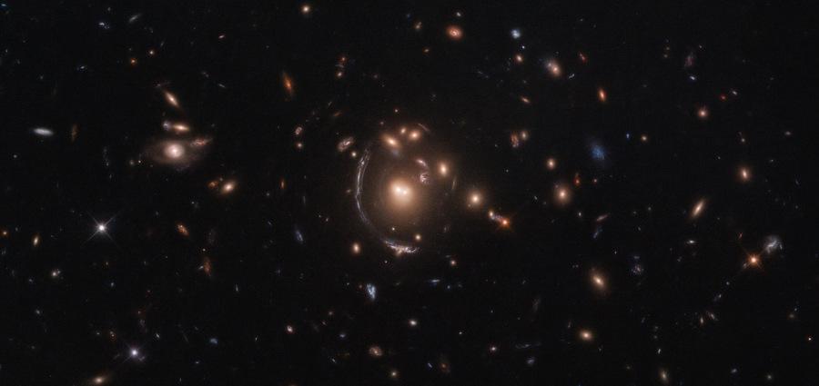 Galaxie courbée et sa lentille gravitationnelle